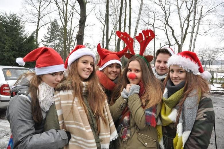 Uczniowie z klasy sportowej z Zespołu Szkół Ogólnokształcących nr 1 w Świętochłowicach wystartowali w III Biegu Mikołajkowym, który odbył się w Parku