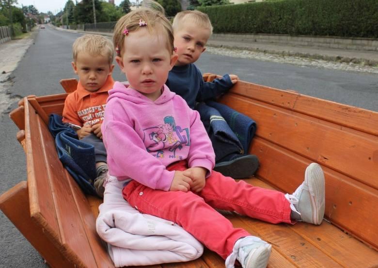 Trojaczki z Wysokiej: Magdalena, Marcin i Eryk  skończyły już dwa latka. Na zdjęciu trojaczki na drodze w swojej nowiutkiej furze: z przodu siedzi Magdalena,