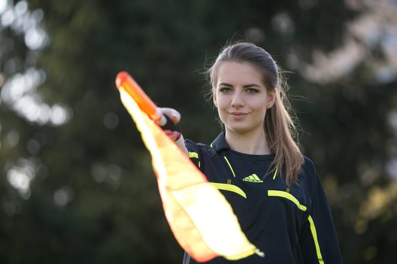 Karolina Bojar urodziła się 15 września 1997 roku w Krakowie. Jest córką Doroty i Pawła. Ma młodszą siostrę Katarzynę. Jest sędzią piłki nożnej w lidze