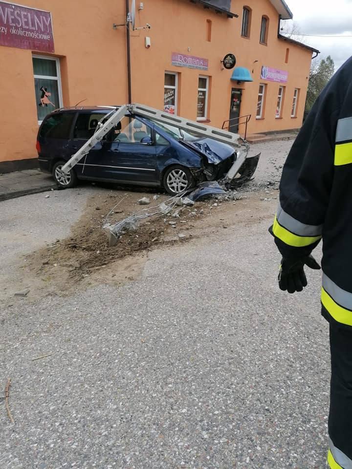 Dzisiaj (niedziela) doszło do wypadku w miejscowości Kawcze (gm. Miastko). To droga wojewódzka nr 206. Kierowca opla corsy zaczął skręcać w lewo, ale