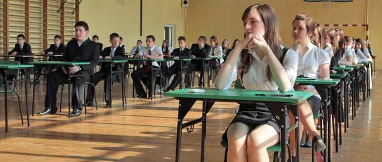 Egzamin gimnazjalny jest powszechny i obowiązkowy, co oznacza, że musi przystąpić do niego każdy uczeń.