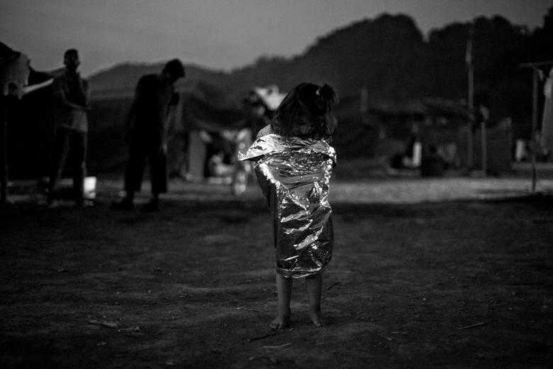 Zdjęcie pojedyncze - II miejsce w kategorii WYDARZENIABośnia i Hercegowina. Irańskie dziecko stoi owinięte folią rozdawaną przez NRC na głównej ścieżce