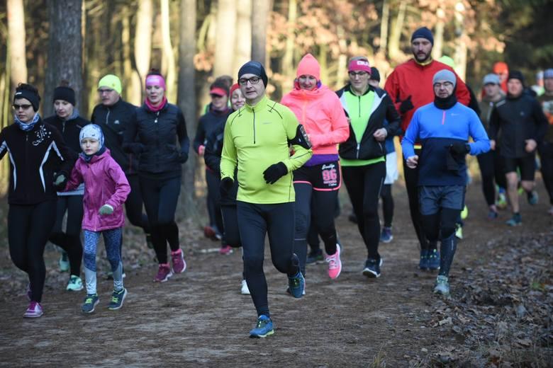 Mimo mroźnej pogody toruńscy biegacze zebrali się w sobotni poranek w lasku Na Skarpie, by jak co tydzień przebiec dystans 5 kilometrów. Na starcie parkrunu