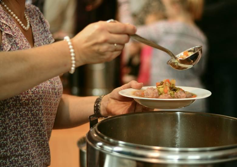 """Posiłek w szkole i w domu W latach 2019-2023 we wszystkich województwach realizowany będzie program """"Posiłek w szkole i w domu"""". Zapewni on pomoc osobom"""