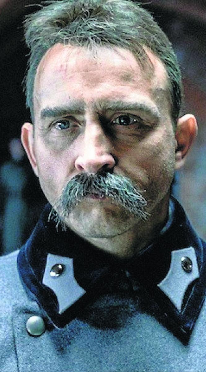 W postać Piłsudskiego wcielił się urodzony w Łodzi Borys SzycWiadomo, że istotny wpływ na scenariusz ostatniej odsłony podstawowej serii miała nieoczekiwana