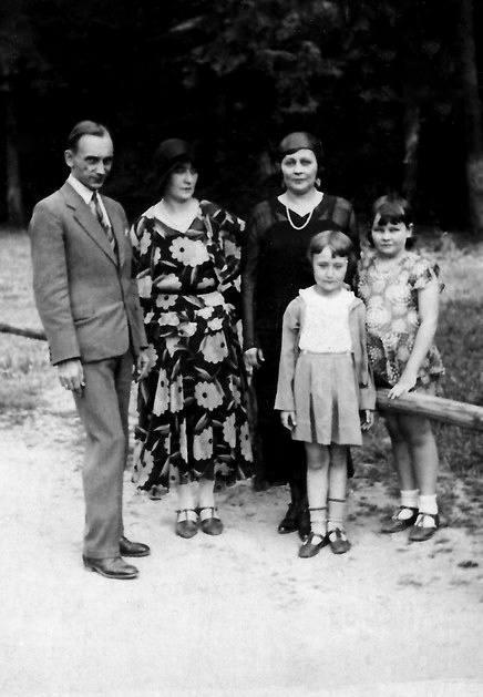 Władysław Pobóg-Malinowski z pierwszą żoną, Anną Marią Fijałek,  i córką (w środku) Ireną.  Ze zb. dr. Andrzeja Ruszczaka z Gdańska - siostrzeńca Poboga