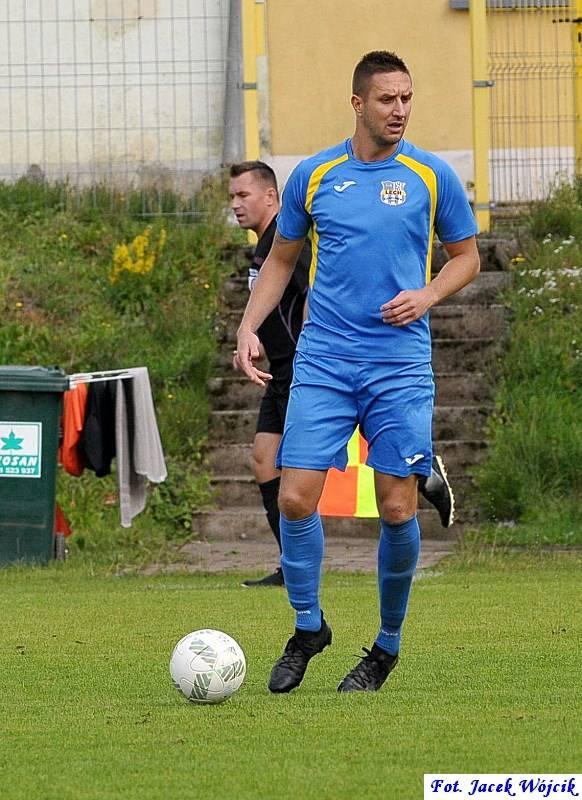Trzy gole Konrada Romańczyka pomogły Leśnikowi wygrać czwarty mecz w tym sezonie.