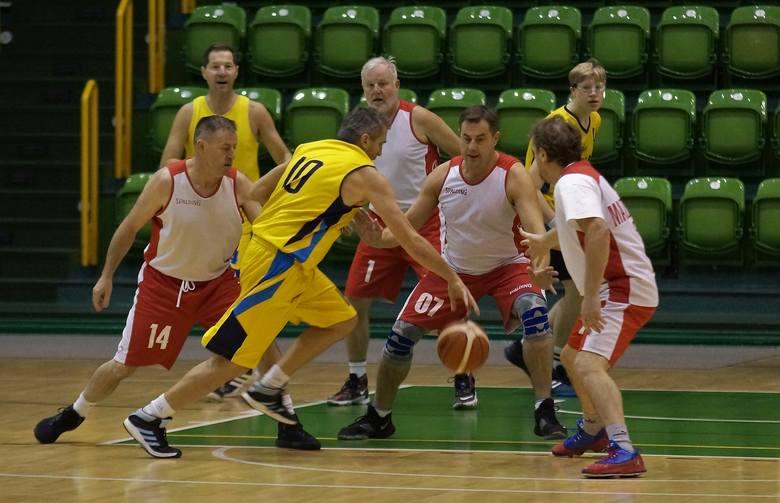 Przyjaciele OSiR dla Niepodległej. Pod takim hasłem odbył się w hali sportowo-widowiskowej w Inowrocławiu turniej koszykówki z okazji Święta Niepodległości.