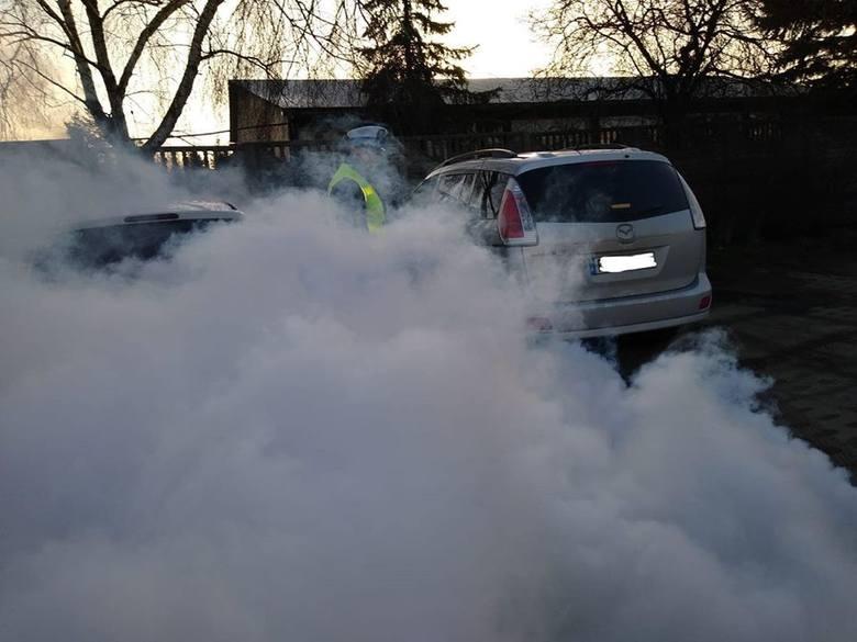 Codziennie na ulicach Poznania poruszają się samochody, które nie spełniają norm i praktycznie są niesprawne. Za ich wyłapywanie odpowiadają policjanci