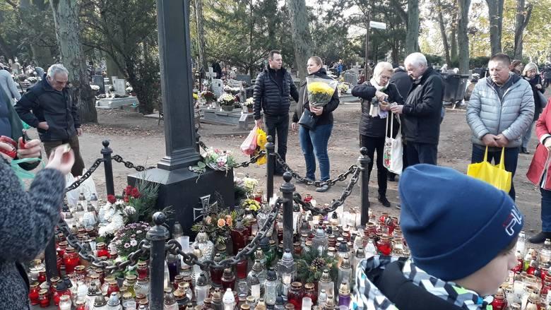 Wszystkich Świętych 2019 w Szczecinie. Szczecinianie odwiedzają groby bliskich