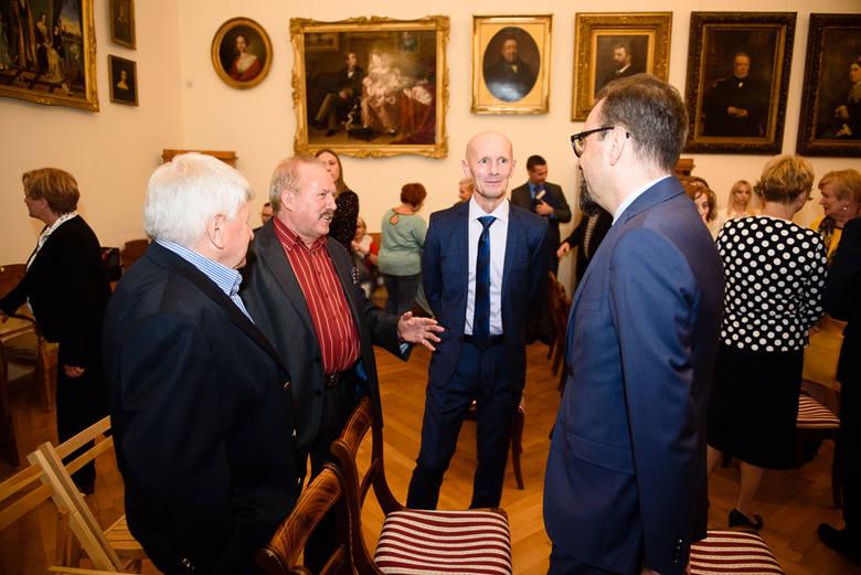 W Ratuszu Staromiejskim w Toruniu wręczono zaświadczenia o wyborze na radnego i prezydenta Torunia. Przypomnijmy, wybory na prezydenta Torunia wygrał