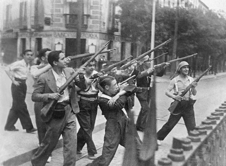 Republikańscy żołnierze walczą z nacjonalistami w jednym z miast