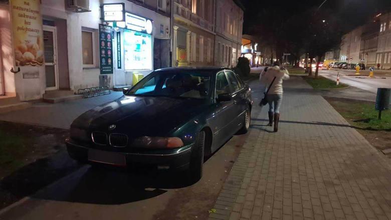 """Nasza akcja pokazująca koszalińskich """"mistrzów"""" parkowania trwa. Mimo, że do tej pory otrzymaliśmy już ponad 400 zdjęć, to ciągle na"""