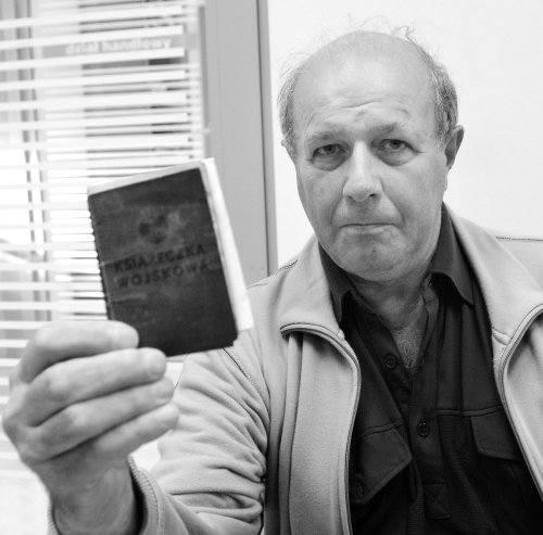 Ryszard Ceglarski pokazuje książeczkę wojskową, w której napisane jest, że służył w batalionie budowlanym. Gdyby służbę zaczął siedem lat wcześniej,