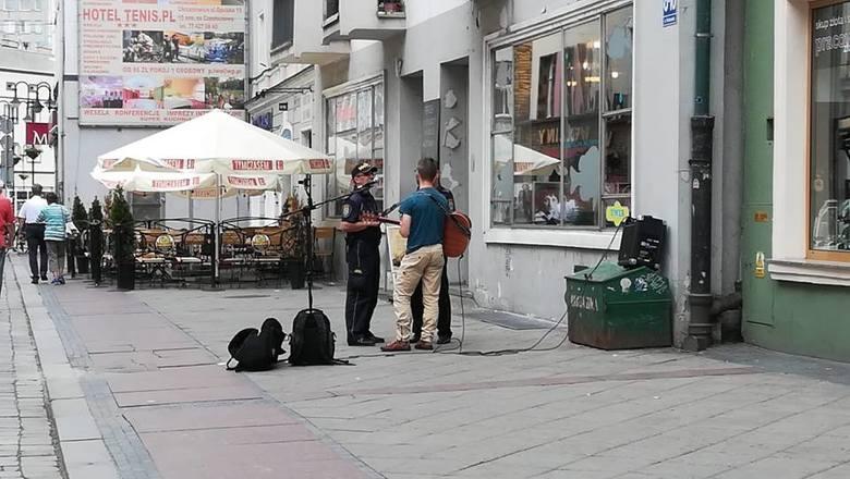 Interwencja Straży Miejskiej w sprawie występu muzyka na ul. Krakowskiej w Opolu