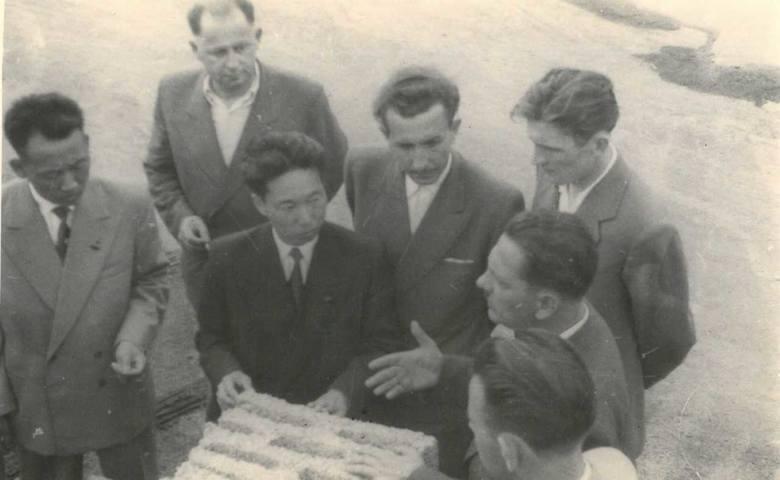"""2 Wizyta w """"Prefabrykatach"""", od lewej: Ri Jin Ben, NN, Kim Wan Un, Leszek Graf, Edward Szymański, Władysław Madaj, NN"""