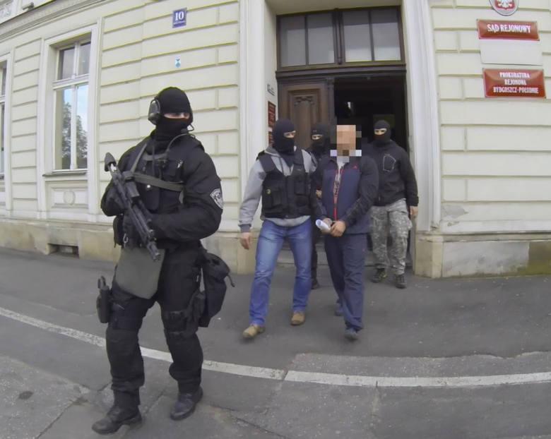 Sąd aresztował czterech podejrzanych o handel narkotykami pseudokibiców klubu Zawisza Bydgoszcz. Spędzą za kratkami na razie trzy miesiące. Niewykluczone,
