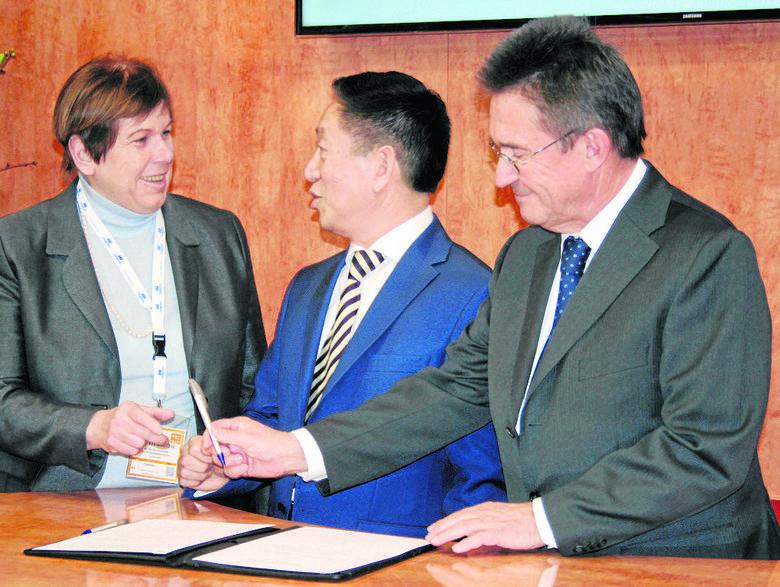 Berlin, podpisanie umowy; dr Monika Gommolla, właścicielka sieci Maritim i Wu Tianyu, prezes Tian Yu