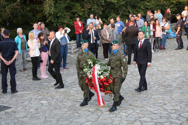 Pod Pomnikiem Czynu Powstańczego na Górze św. Anny prezydent Andrzej Duda złożył wieniec i oddał cześć powstańcom śląskim. To był ostatni punkt wizyty głowy państwa na Opolszczyźnie.
