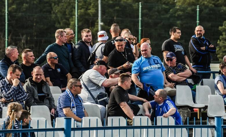 W meczu lidera V ligi (grupa I), Zawiszy Bydgoszcz, oficjalnie gospodarzem był Flisak Złotoria, ale spotkanie w sobotnie popołudnie odbyło się na boisku