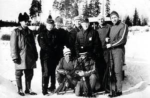 Grupa polskich zawodników na biathlonowych MŚ w Hameenlinna w Finlandii - stoją (od prawej): Józef Gąsienica-Sobczak, Stanisław Zięba i narciarze fińscy;