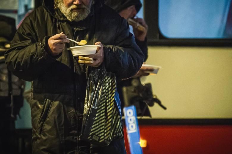 """Pomagając osobom bezdomnym w czasie pandemii, dbamy również o nasze bezpieczeństwo. Z takiego założenia wyszła Toruńska Fundacja Rozwoju """"Wszystko"""