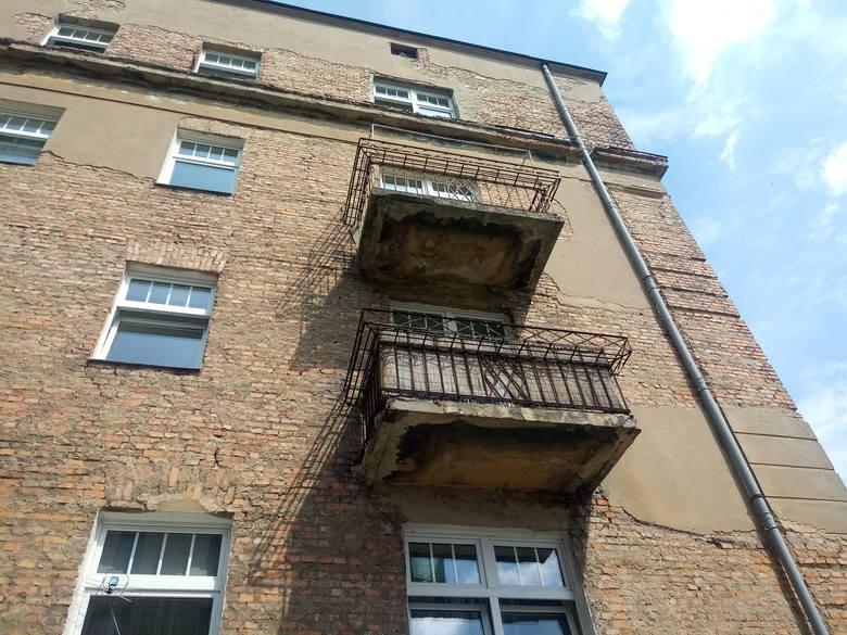 Balkon jest w fatalnym stanie. Jeden z mieszkańców kamienicy twierdzi, że właściciel (mieszkający poza Poznaniem) został już o tym fakcie poinformowany. Na razie nie było żadnej reakcji z jego strony