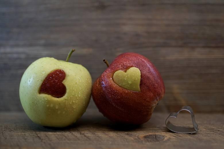 Jesień oznacza sezon na pyszną polską dynię, śliwki i.. jabłka. Dowiedz się na jakie schorzenia pomagają te przepyszne owoce i dlaczego warto sięgać