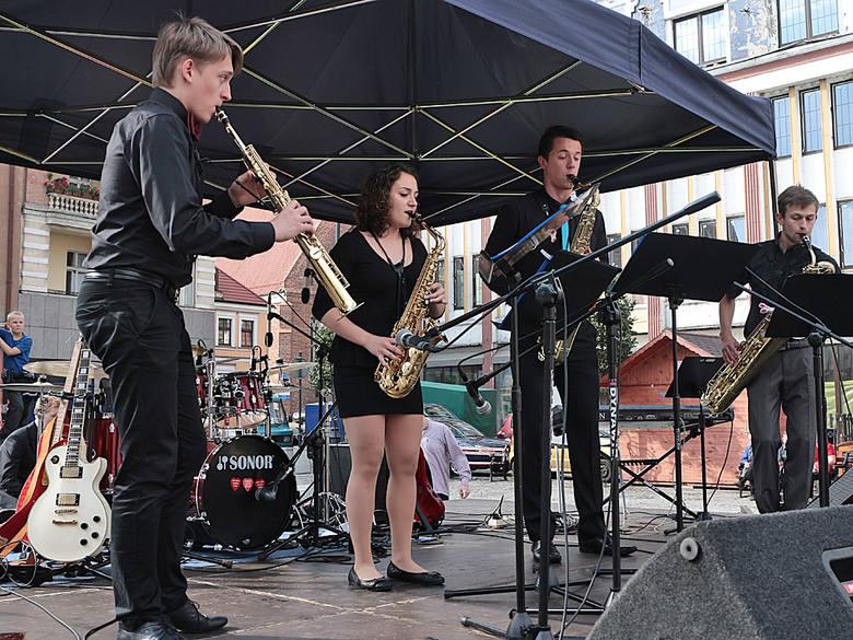 Uczniowie szkoły muzycznej zagrali na Rynku w Grudziądzu