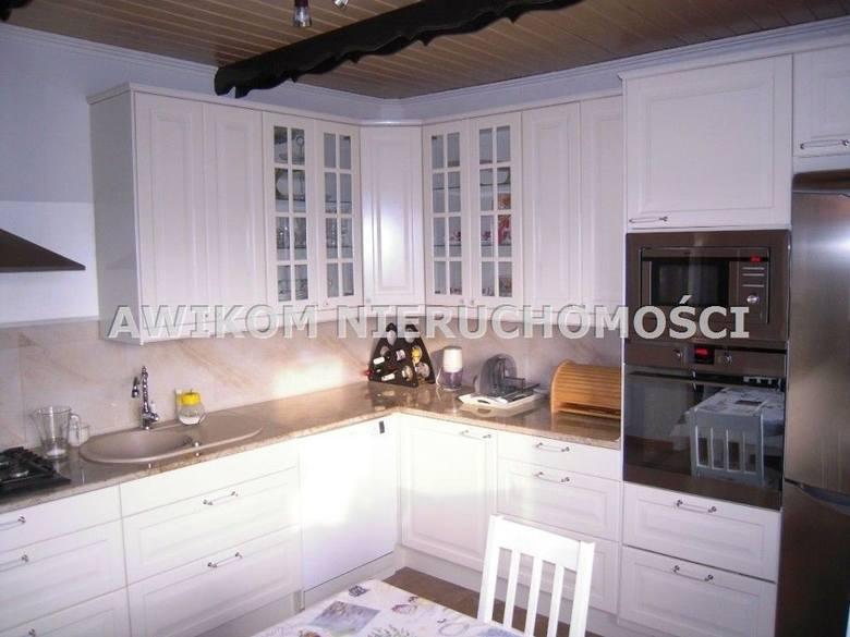 <strong>19. Dom w cenie 650 tys. złotych<br /> 2 363,64 zł/m2 </strong><br /> <br /> Dom jest po remoncie tak więc aby zamieszkać wystarczy lekkie odświeżenie, a nawet nic nie odświeżać.