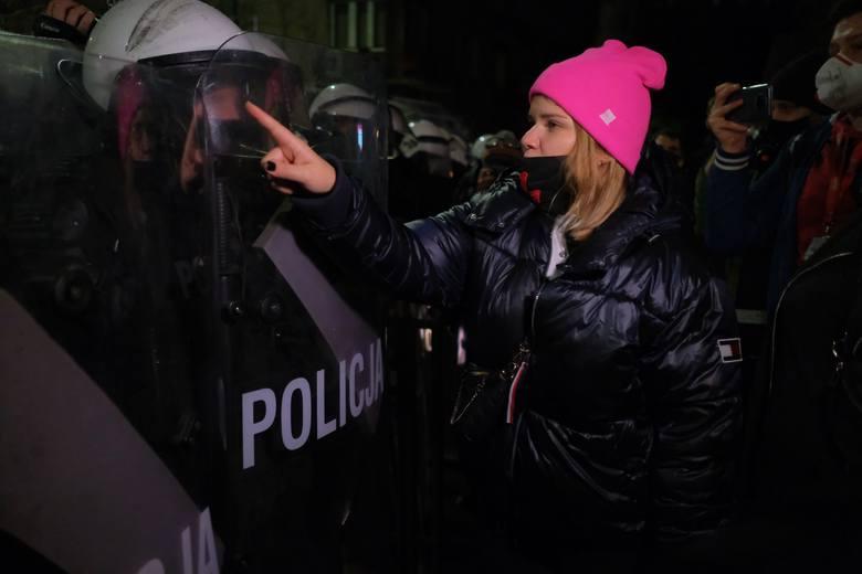 Strajk kobiet: Relacja i zdjęcia. Wielki protest w Warszawie, tysiące ludzi przed domem Kaczyńskiego, ataki na demonstrantów