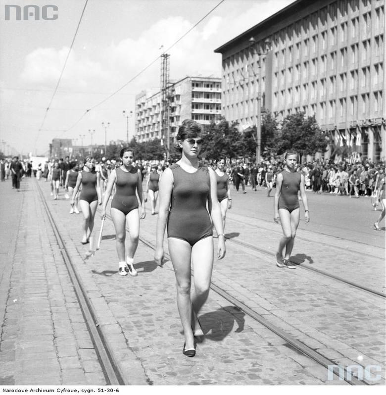 Kobiety w kostiumach gimnastycznych w pochodzie na ul. Marszałkowskiej.