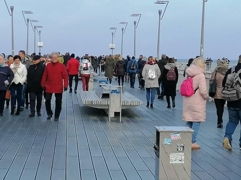 W słoneczne południe pogoda zachęcała do spacerów nad morzem. Wielu mieszkańców i turystów spędziło ten czas na kołobrzeskiej plaży.Zobacz także Festiwal