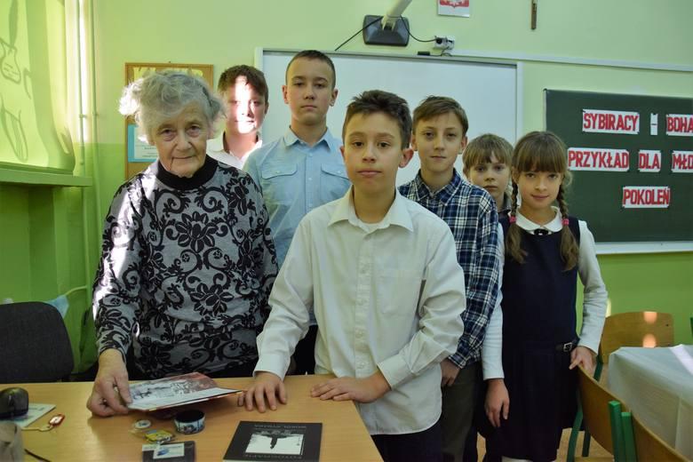 Danuta Cygan w otoczeniu dzieci, które zilustrowały cierpienia ojców na Syberii