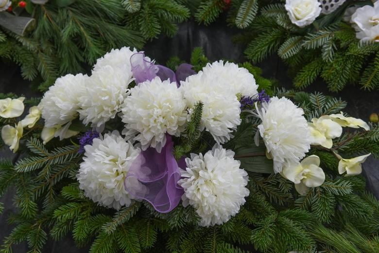 Wieńce lub wiązanki z naturalnych kwiatów, to te przede wszystkim z chryzantemami. Z najpopularniejszymi tradycyjnie odcieniami bieli, kremowymi i ż