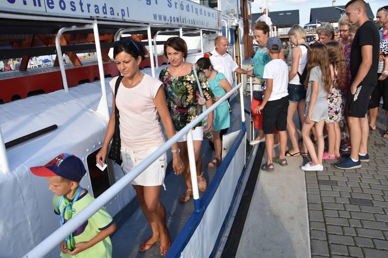 """Powodzeniem cieszyły się w sobotę rejsy po Noteci. Można było podziwiać uroki rzeki z pokładu statków:""""Jadwiga"""" i  """"Władysław Łokietek"""". Kursowały naprzemiennie."""