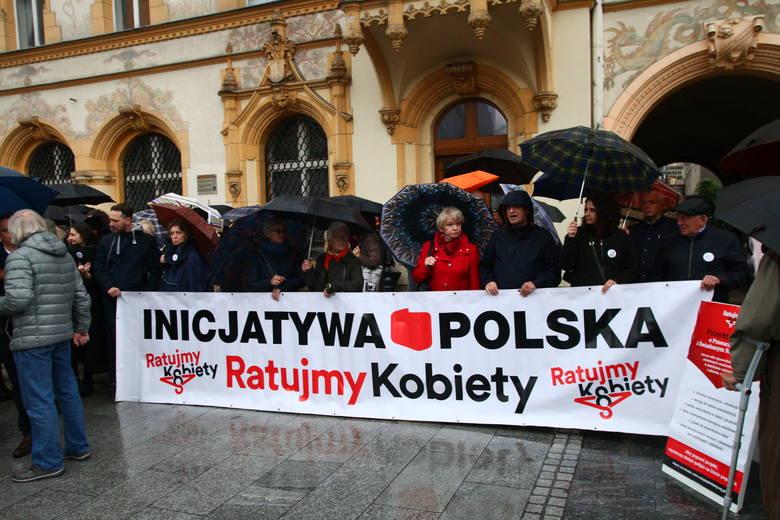 Manifestanci przeszli ul. Piotrkowską spod siedziby PiS-u do pasażu Schillera. Pogoda nie dopisała, frekwencja raczej też