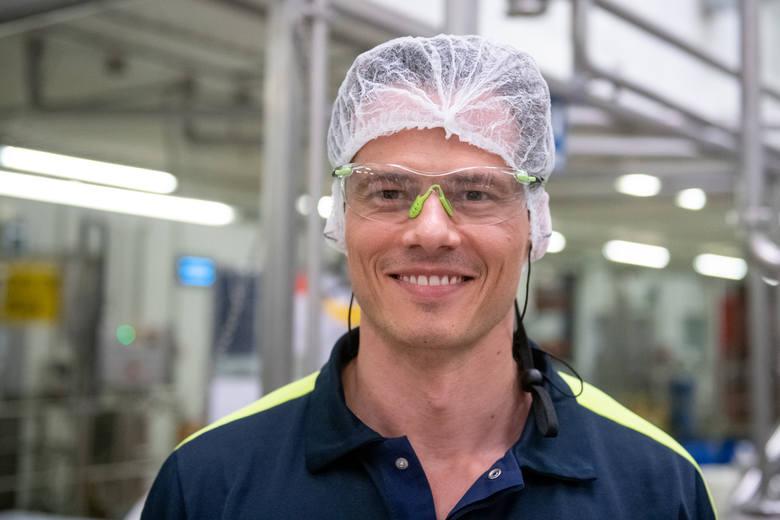 Dyrektor generalny BMP Igor Matus w ubraniu roboczym w fabryce.