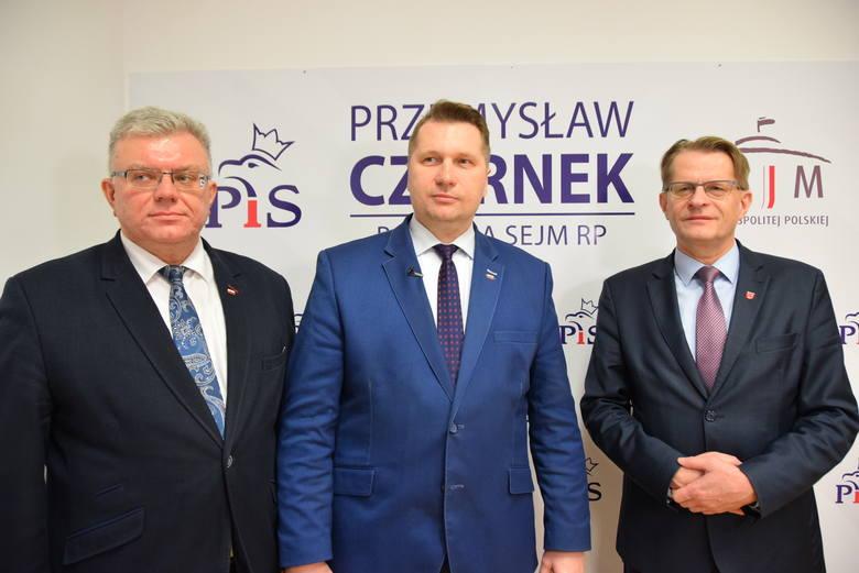 Od lewej: radny Ryszard Szczygieł, poseł Przemysław Czarnek, starosta łukowski Dariusz Szustek