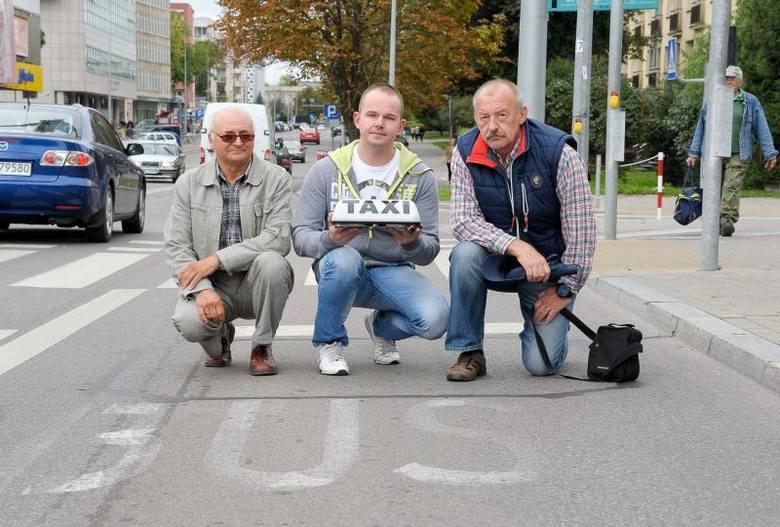 Białostoccy taksówkarze (na zdjęciu od prawej: Janusz Warpechowski, Radosław Kośko i Jan Bazyluk) od wielu miesięcy domagają się zmian. Chcą jeździć