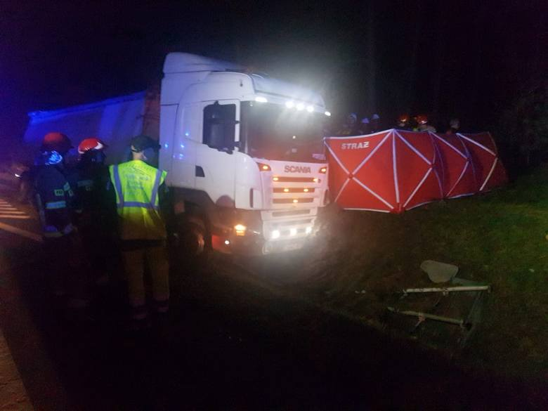 W poniedziałek (21.10) wieczorem na DK 91 samochód ciężarowy zjechał z drogi na pobocze i wpadł częściowo do rowu. Jak poinformowali strażacy z WSKR