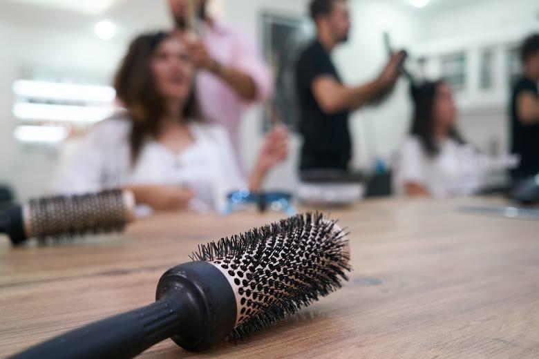 Salony fryzjerskie powróciły na rynek. Wraz z nimi nadeszły zmiany, również w cenach usług. Poprosiliśmy o komentarz w tej sprawie wybrane punkty w Szczecinie.