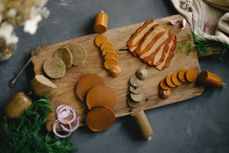 Seitan to nazwa wyrobów z czystego glutenu, który w Chinach jest popularnym zamiennikiem mięsa, ponieważ daje się dowolnie przyprawiać i formować. Jest