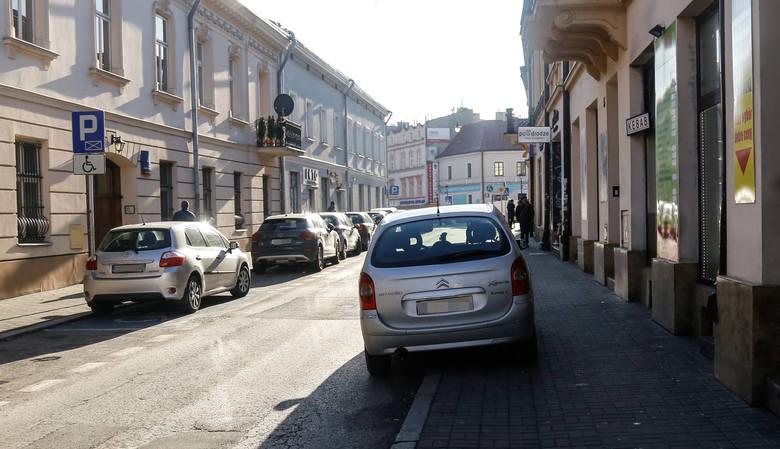 Radny chce walczyć z parkingowym chaosem w centrum Rzeszowa [ZDJĘCIA]