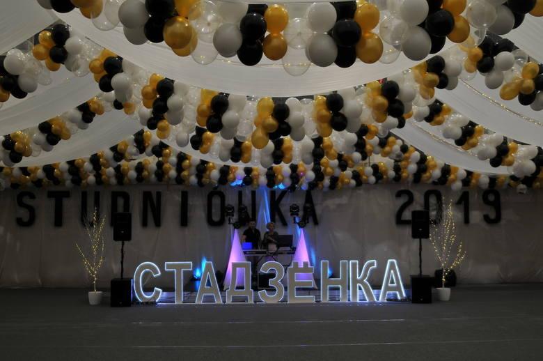 Studniówka II liceum Ogólnokształcącego, działającego przy Zespole Szkół z Dodatkową Nauka Języka Białoruskiego w Hajnówce, odbyła się w szkole. Salę