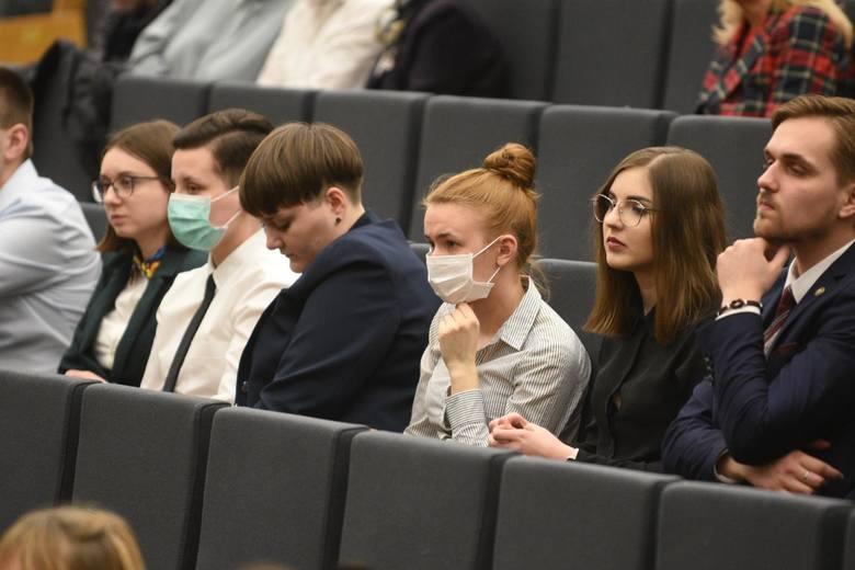 Podczas gdy inne placówki w kraju ogłaszają, że w tym roku akademickim studenci nie wrócą już na uczelnię, UMK informuje o tym, że egzaminy odbędą się