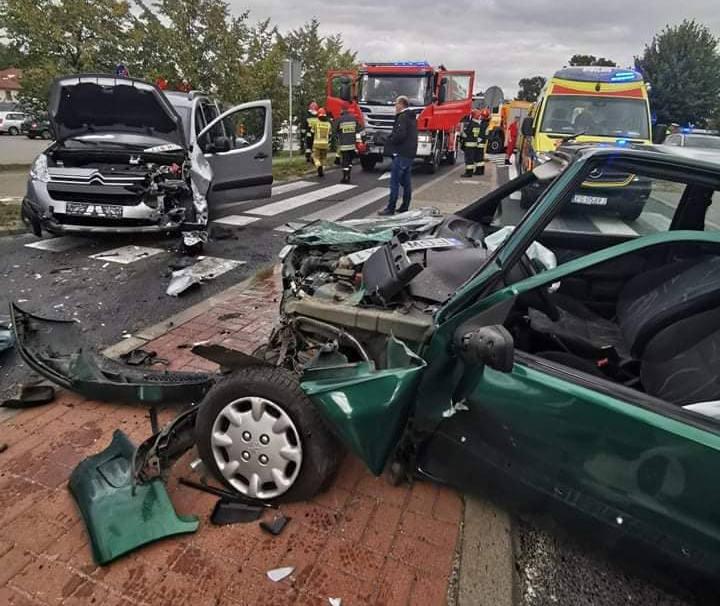 Do groźnego zderzenia dwóch samochodów osobowych doszło w podgorzowskim Jeninie, na skrzyżowanie przy markecie dino. Informację o wypadku otrzymaliśmy