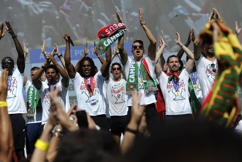 Samolot z mistrzami Europy wylądował dzisiaj na lotnisku w Lizbonie. Portugalskich piłkarzy powitał strumień wody w czerwono-zielonych barwach. Taką