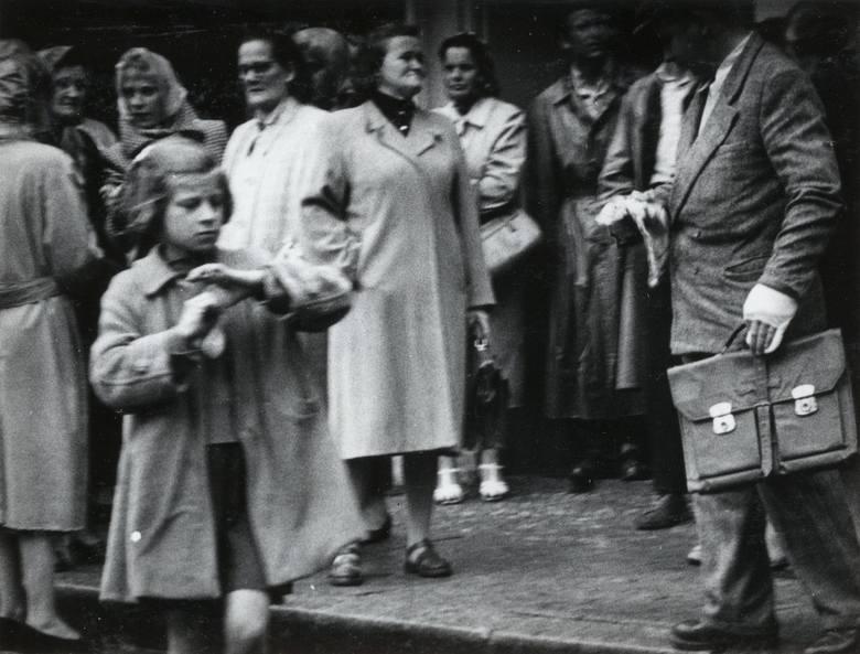 Plac Bohaterów Stalingradu przed wejściem do sklepu Delikatesy
