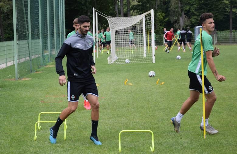 Na pierwszym planie testowany w Radomiaku piłkarz z Portugalii.